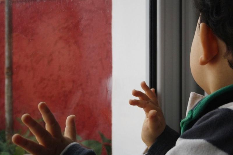 В Атырау с шестого этажа из окна выпал ребенок