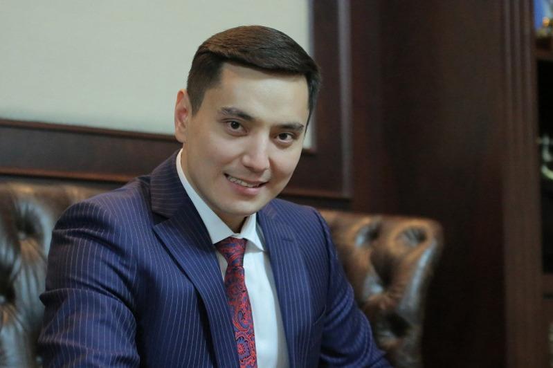 Актер Нурлан Алимжанов принес депутатскую присягу
