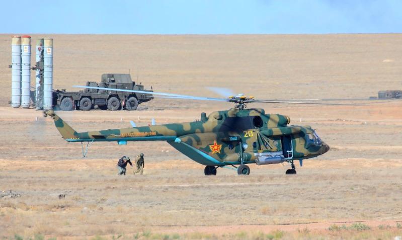 Воздушный бой и запуск ракет - учения ВС РК в Карагандинской области