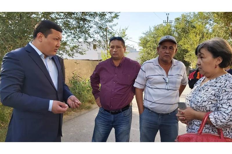 Аким Атырау встретился с жителями аварийных домов