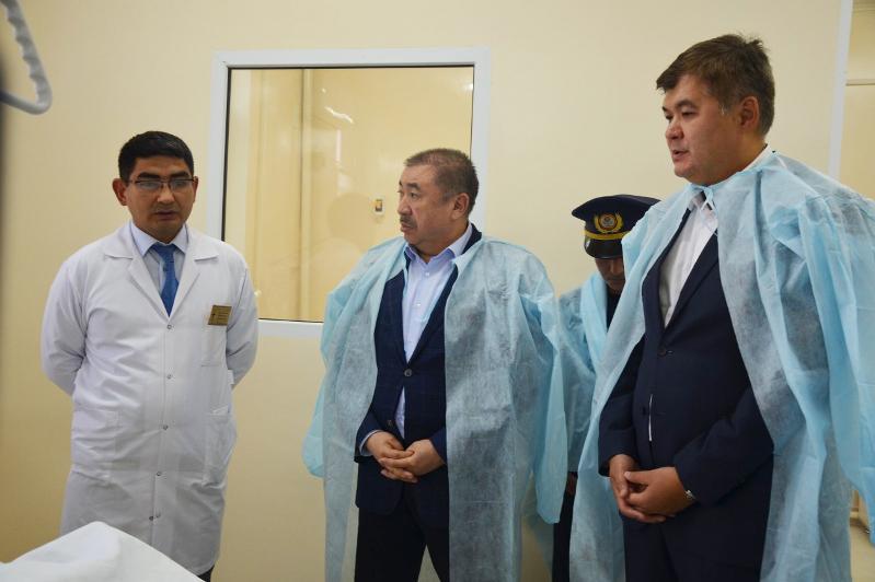 Глава МВД и министр здравоохранения посетили спасателей в больнице, пострадавших в ходе пожара в Туркестане