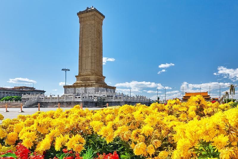 托卡耶夫总统向中国人民英雄纪念碑献花