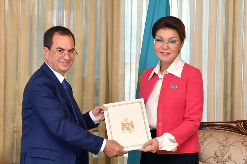 纳扎尔巴耶娃会见巴勒斯坦驻哈大使