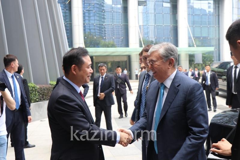 托卡耶夫总统参访中国海康威视公司