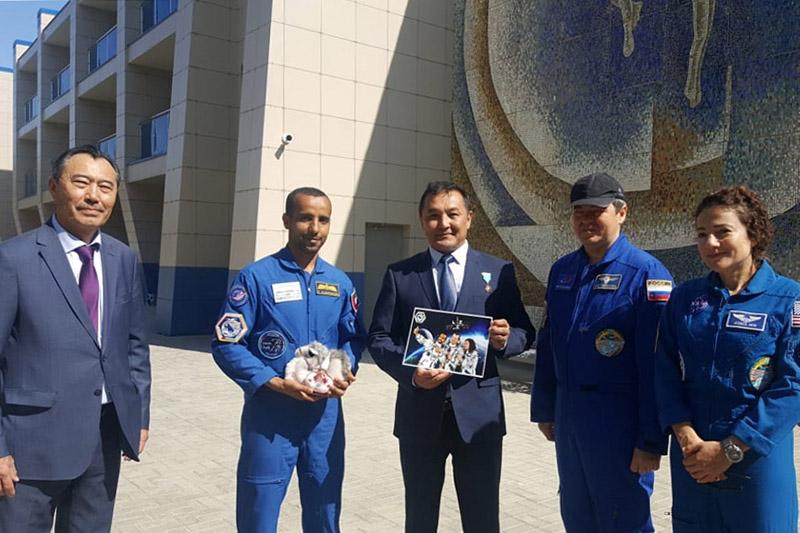 Айдын Аимбетов подарил первому космонавту ОАЭ белого верблюжонка