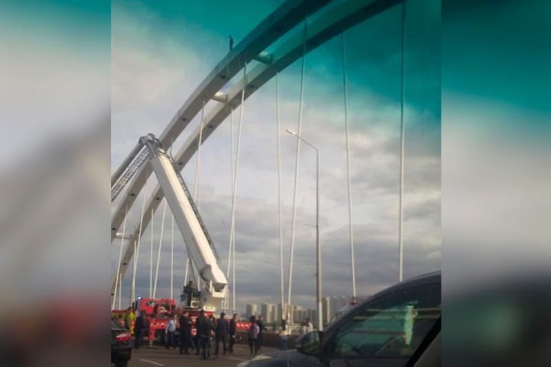 Житель столицы забрался на мост - в акимате прокомментировали случай