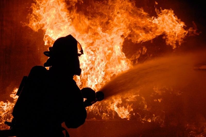 Пожар на Каспии: подобраться к огню не удается