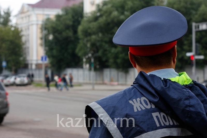 Оралда полиция қызметкері таяқшасын автокөлікке лақтырды