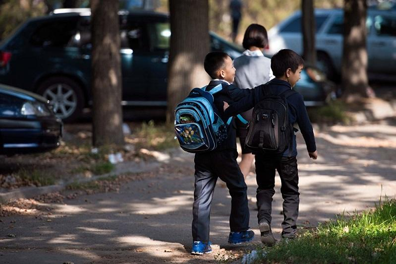 Рюкзаки алматинских школьников оказались тяжелее нормы