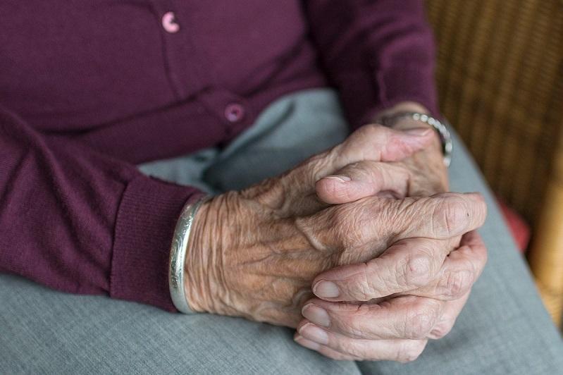Женщина принесла пакет продуктов пенсионеру и обокрала его
