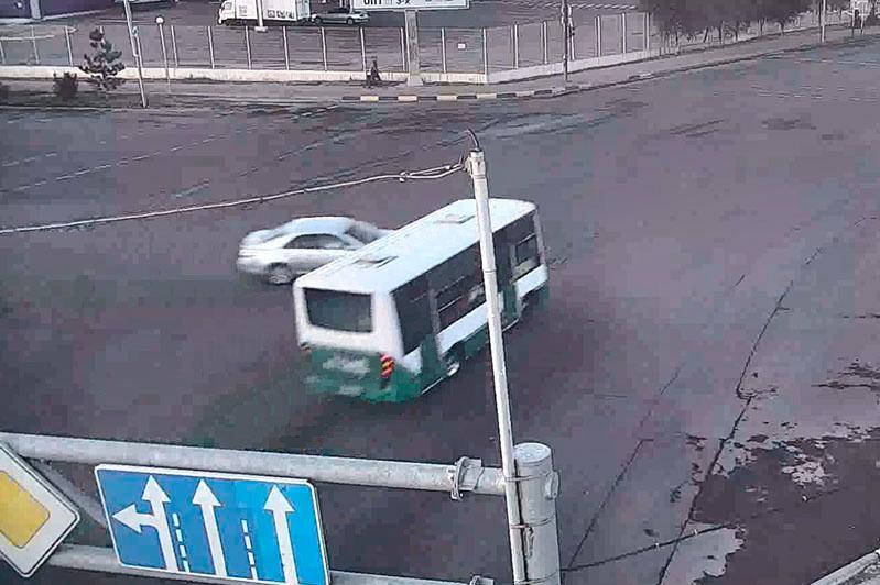 Автобус столкнулся с легковым авто в Шымкенте: один человек погиб