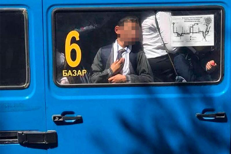 Түркістанда шағын автобус терезесіне беті жабысқан балаға қатысты әкім түсінік берді