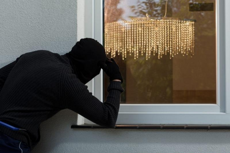 Вор вынес золото из квартиры через окно в Кокшетау