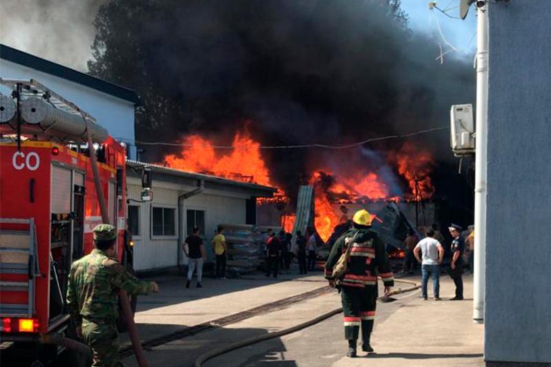 Мебельный цех горит в Алматы