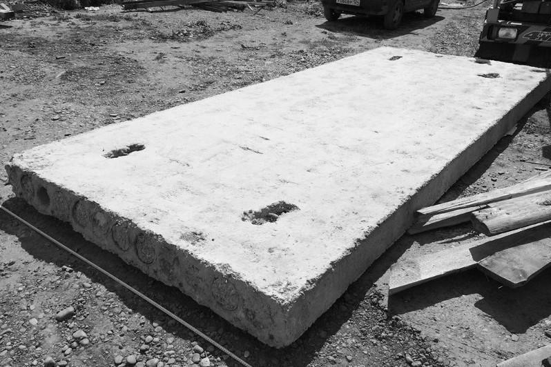 Мужчину насмерть придавило бетонной плитой в СКО