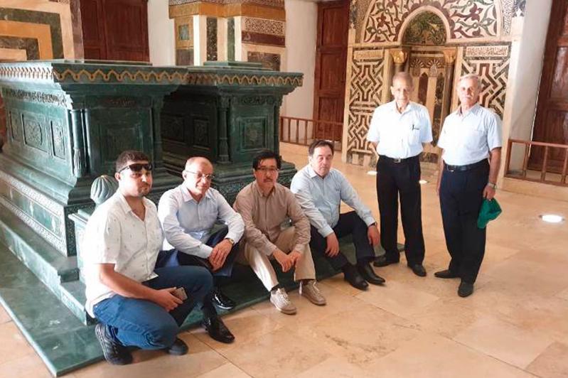 哈萨克斯坦代表团访问大马士革阿尔-法拉比陵墓