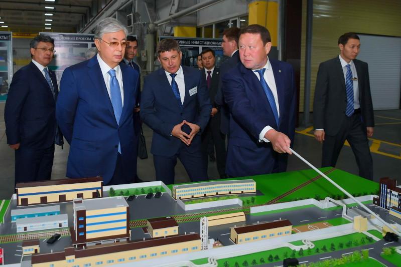 托卡耶夫总统视察北哈州金属塑料制品厂