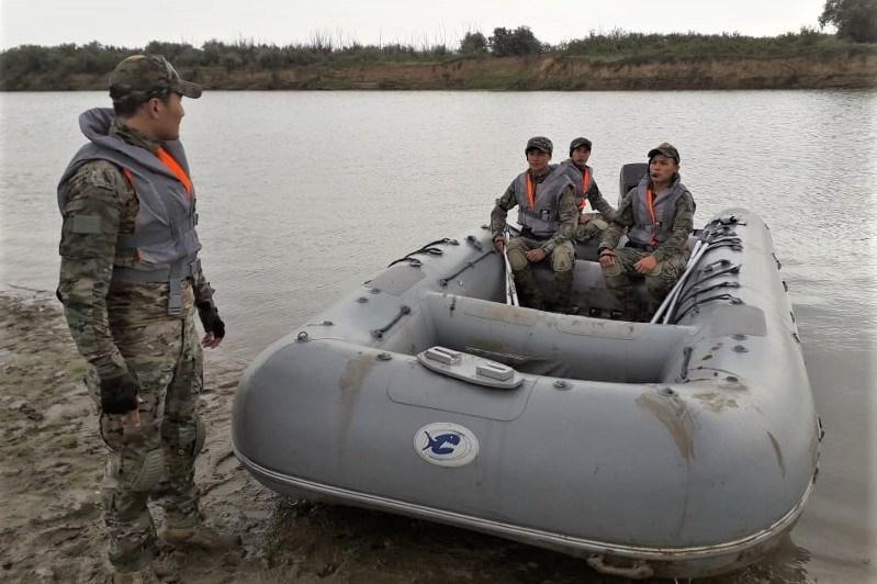 В Атырау боевые пловцы отработали охрану объектов от диверсий с воды