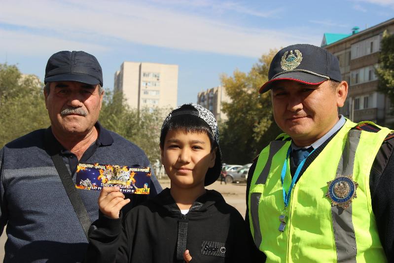 Билеты в цирк раздают школьникам актюбинские полицейские