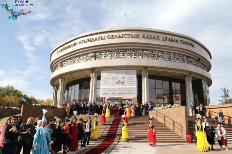 Самая горячая и пристрастная публика - международный айтыс проходит в Караганде