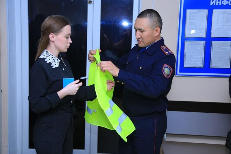 Спецжилеты и удостоверения вручили помощникам полиции в Костанае