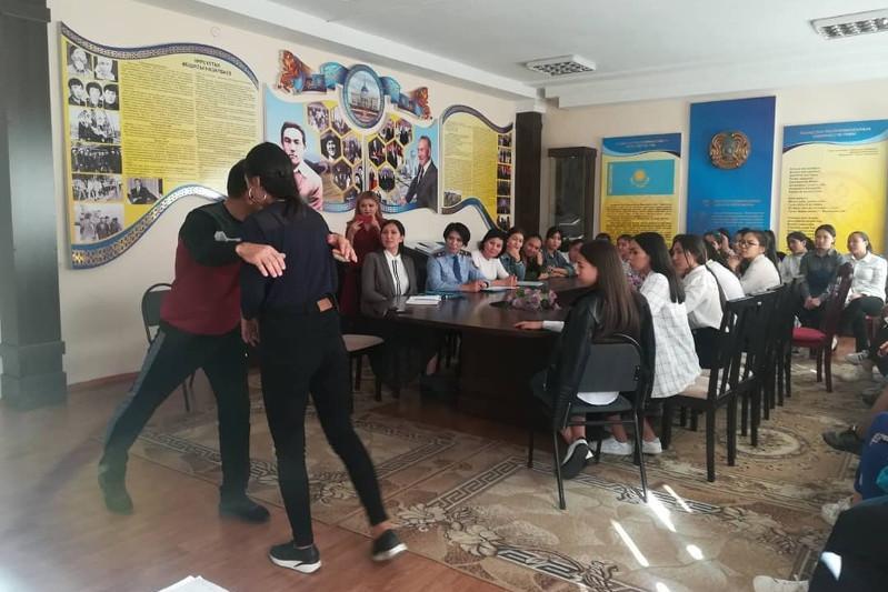Almaty oblysynda polıtseıler stýdent qyzdardy ózin qorǵaýǵa úıretti