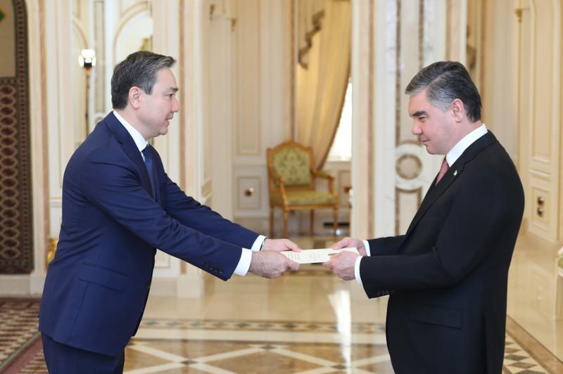 哈萨克斯坦驻土库曼斯坦大使向该国总统递交国书