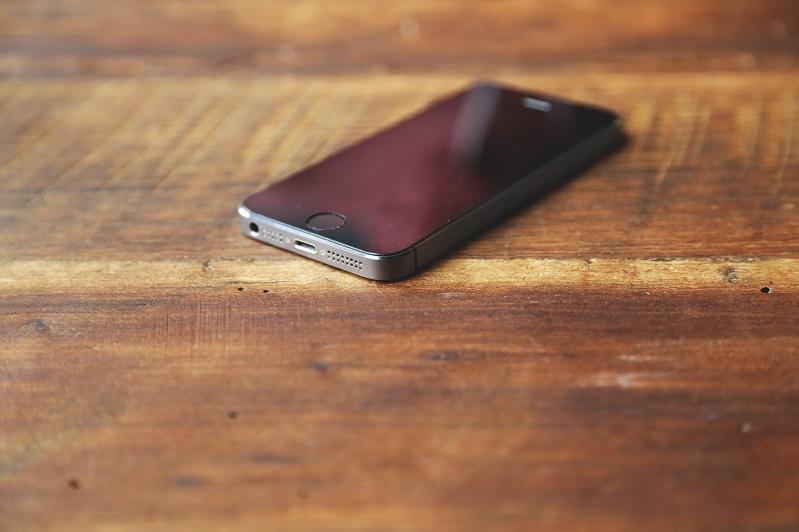Qubyr jóndeıtin jumysshy túrmege telefon men nasybaı alyp kirmek boldy