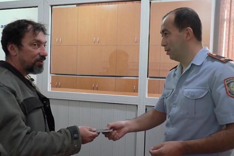 Потерявшему документы и деньги американскому мототуристу помогли полицейские Шымкента