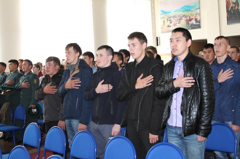 В Восточный Казахстан отправились служить призывники из СКО