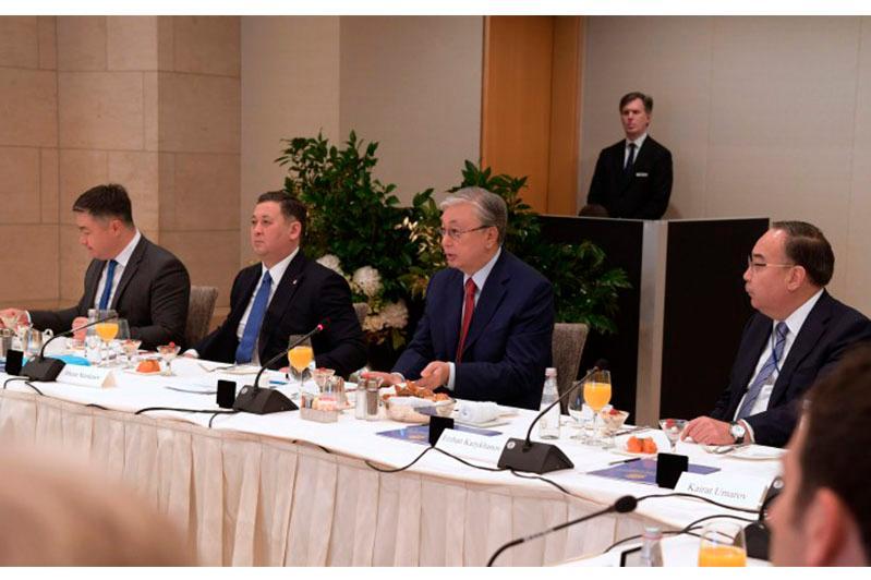 托卡耶夫总统会见美国政界代表