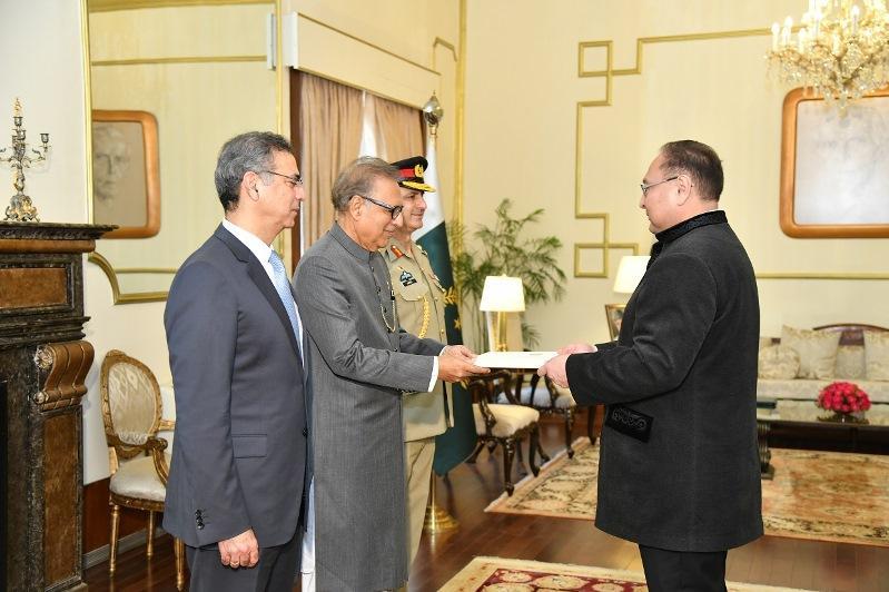 哈萨克斯坦大使向巴基斯坦总统递交国书