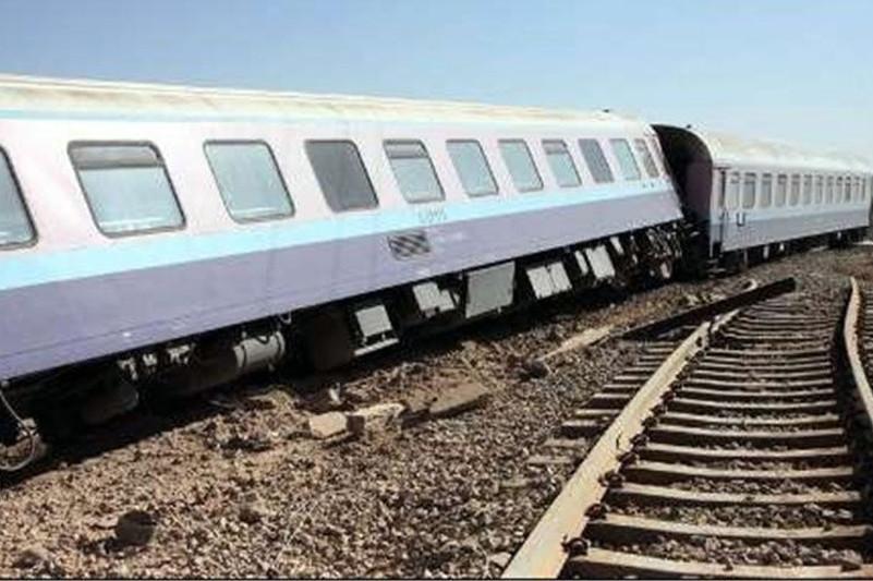 伊朗一列车脱轨致90多人死伤