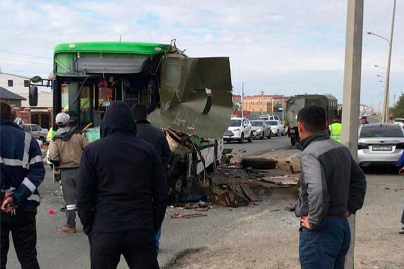 Автобус столкнулся с грузовиком в Атырау, есть пострадавшие