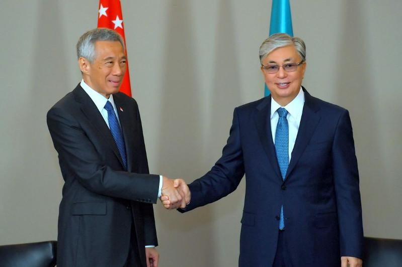 托卡耶夫总统会见新加坡总理李显龙