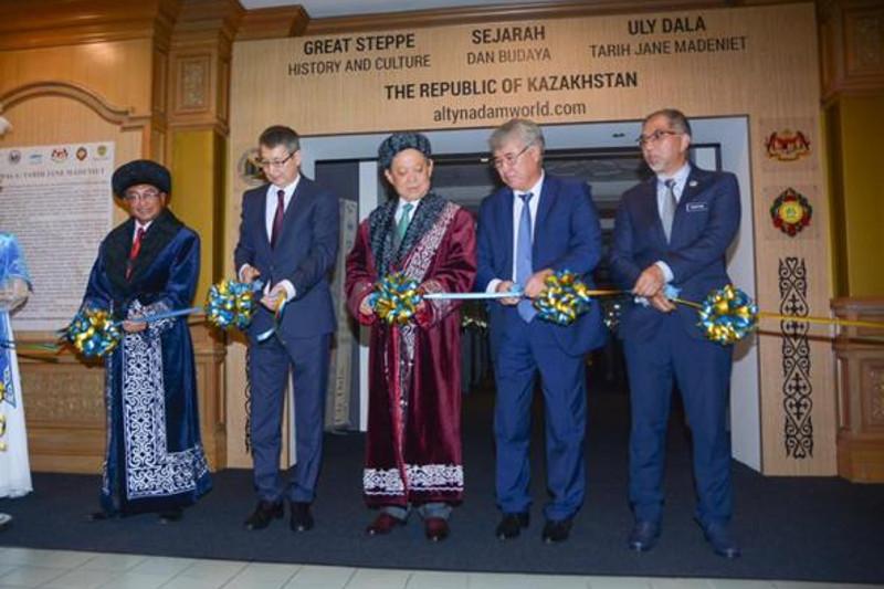 """哈萨克斯坦国宝""""金人""""在马来西亚展出"""