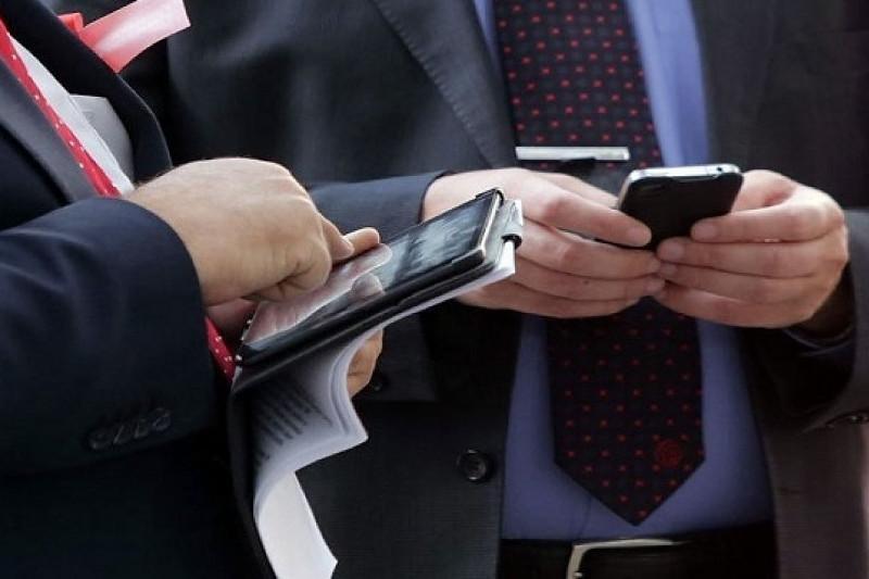 Когда госслужащим разрешат проносить смартфоны на работу