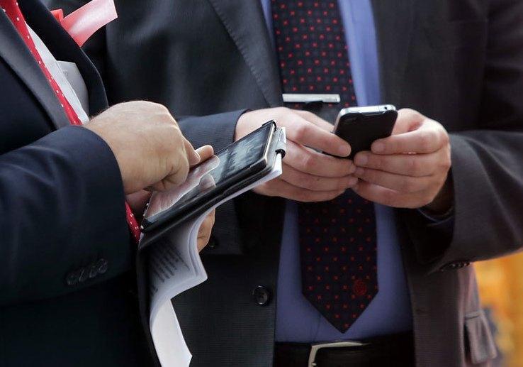 Мемқызметшілерге жұмыс орнында смартфон ұстауға рұқсат беру туралы Үкіметке ұсыныс енгізілмек