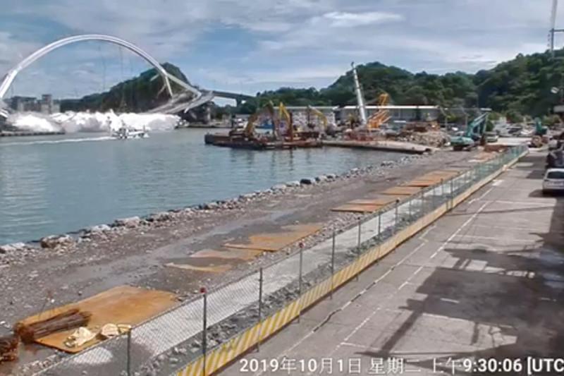 台湾宜兰苏澳大桥倒塌造成多人伤
