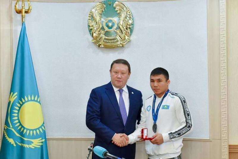 Аким СКО вручил ключи от квартиры призеру ЧМ по вольной борьбе