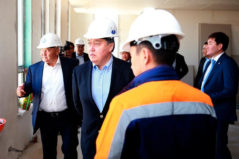 政府总理视察奇姆肯特和突厥斯坦