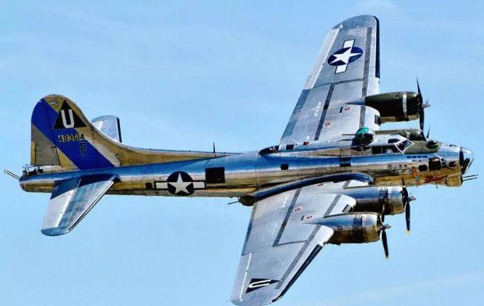 美国一架二战时期的B-17轰炸机坠毁致7人死亡