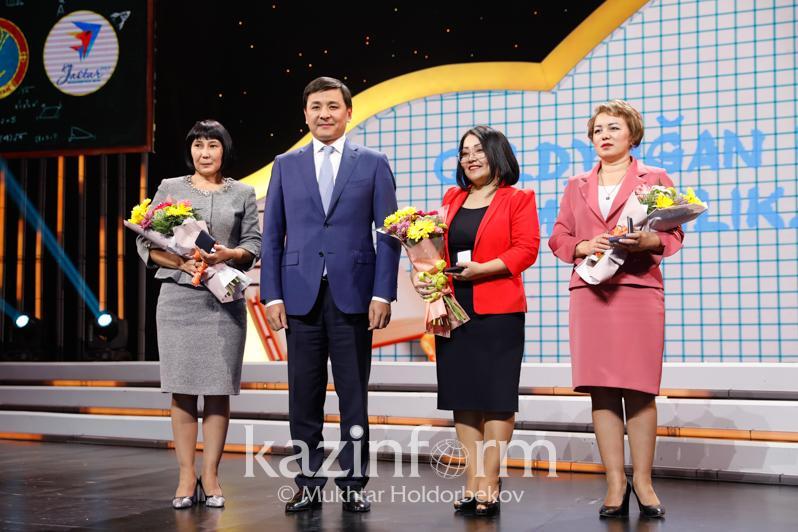 Аким столицы наградил заслуженных учителей