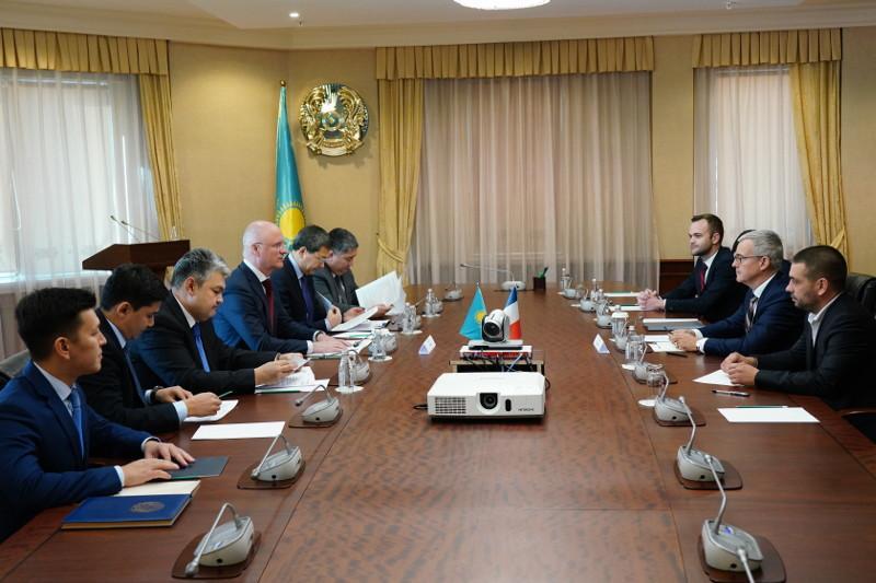 政府副总理会见法国和白俄罗斯驻哈大使