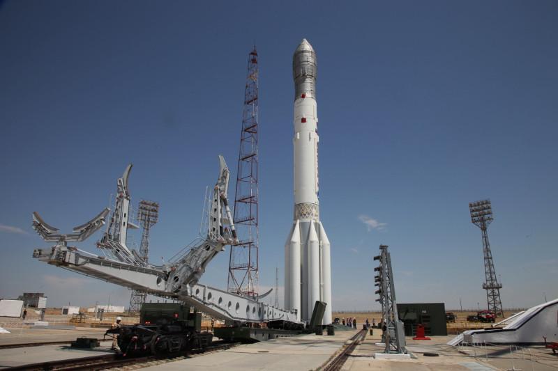 Ракета «Протон-М» с двумя спутниками установлена на стартовом комплексе Байконура