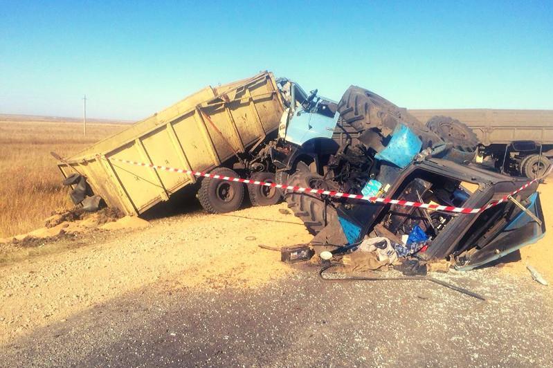 КАМАЗ столкнулся с трактором в СКО, один человек погиб