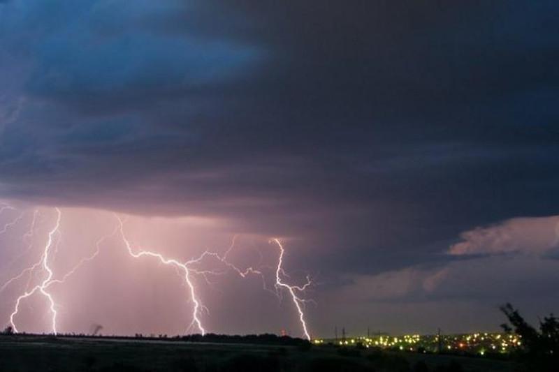 Штормовое предупреждение объявили в трех областях Казахстана
