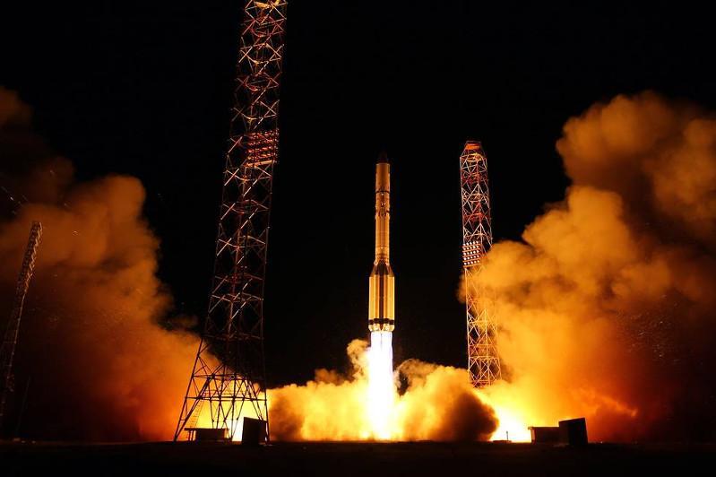 载有两颗卫星的质子-M火箭从拜科努尔发射场发射