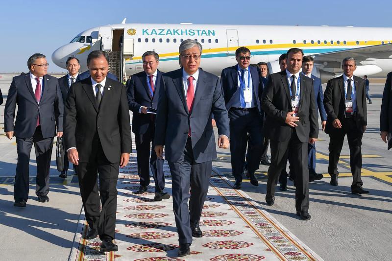 托卡耶夫总统抵达阿什哈巴德