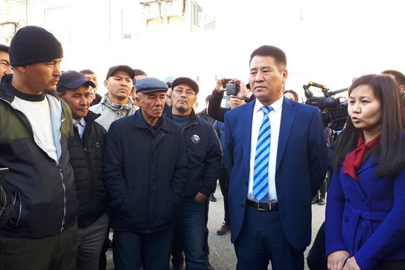 Ақтөбе облысы әкімінің орынбасары жалақы көтеруді сұраған жұмысшылармен кездесті